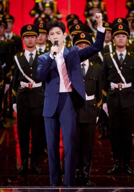 龚俊在五四晚会成为人betcmp冠军国际官网气王!李沁热巴同台争美