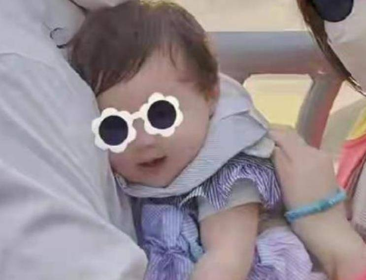向佐郭碧婷女儿6个月,粉粉嫩嫩的太可爱了,女孩就该这样养