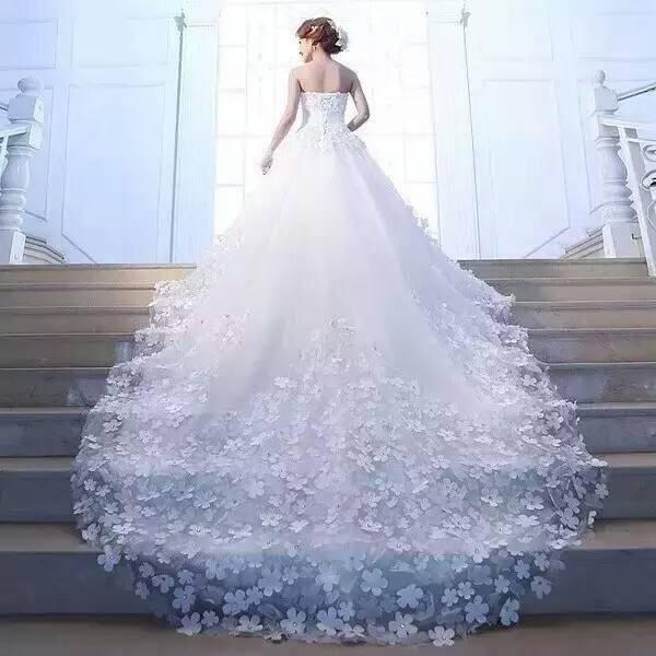 心理测试:选一件拖尾婚纱,秒测上天给你最大的礼物是什么?  第1张