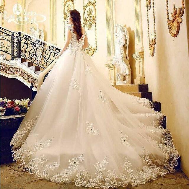 心理测试:选一件拖尾婚纱,秒测上天给你最大的礼物是什么?  第2张