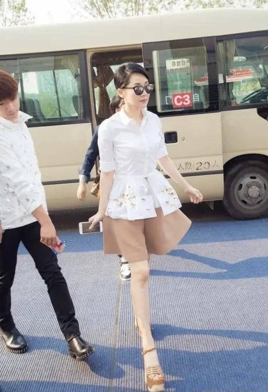 52岁许晴逃过中年发福,穿白衬衫配短裤像小姑娘,被少女腿迷住
