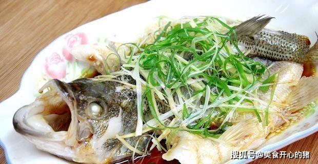 清蒸魚超忌諱這調料,很多的人都愛放,難怪魚肉不嫩有腥味!