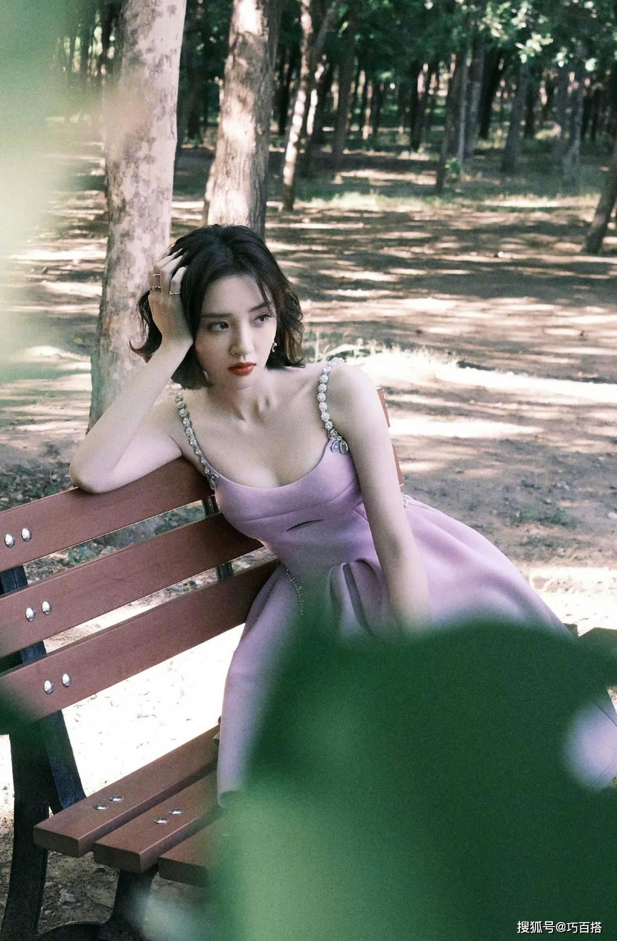 """唐艺昕这也太适合紫色了,小短裙俏丽又优雅,根本不像""""孩她妈"""""""
