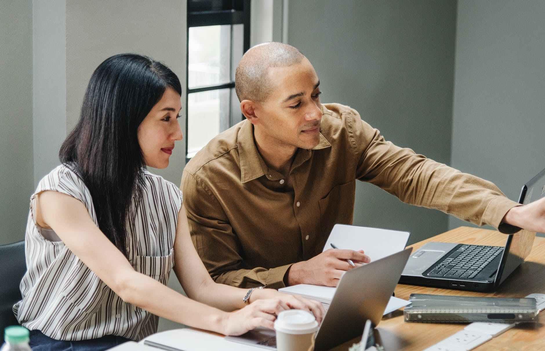 领导为什么想知道你对她的评价呢? 领导让分东西给同事