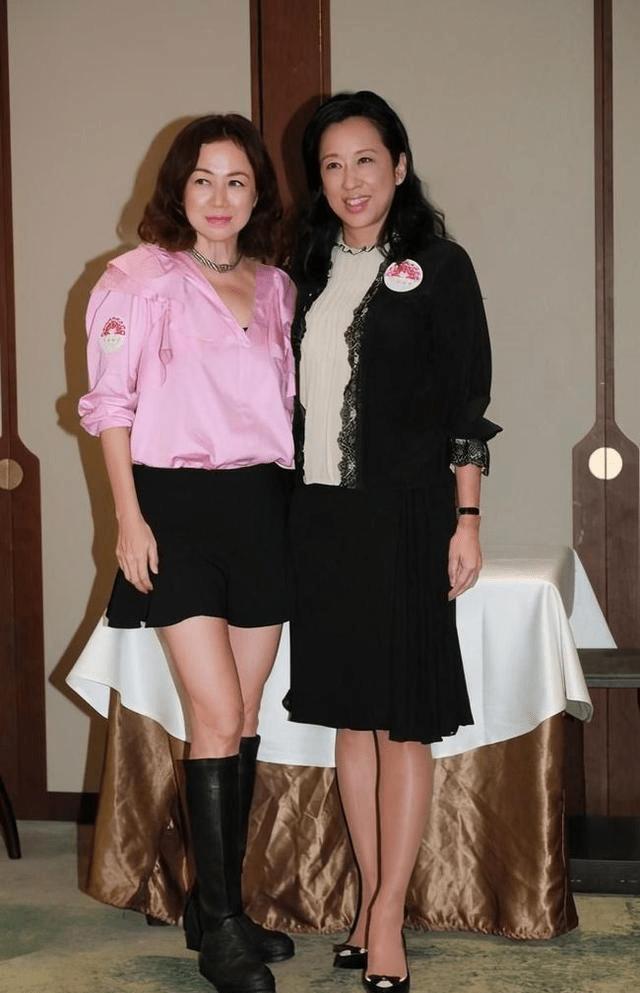 朱玲玲身份地位都很高,聚会合影站中间,富婆们精心打扮成陪衬!