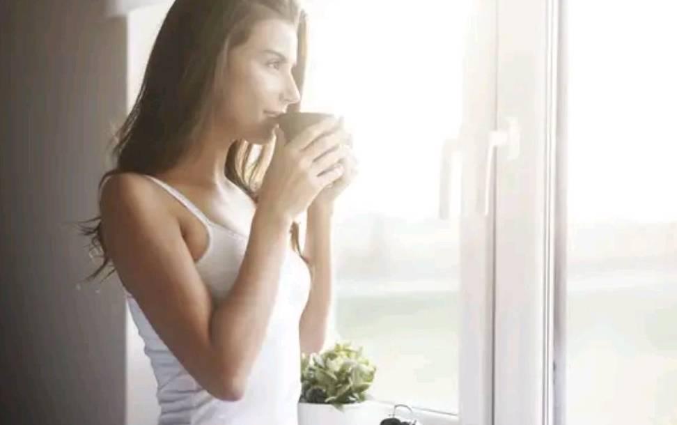 女人想要老得慢一点,日常生活中做好这些事,或许能让肌肤更年轻                                   图2