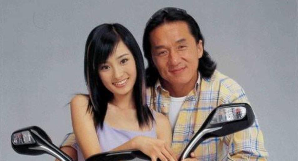 17岁时杨幂素颜被49岁成龙搂在怀里,有没有整容你能看出来吗?                                   图1