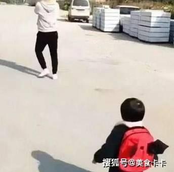 女儿看到爸爸抱着别的小孩走后,反应你想象不到