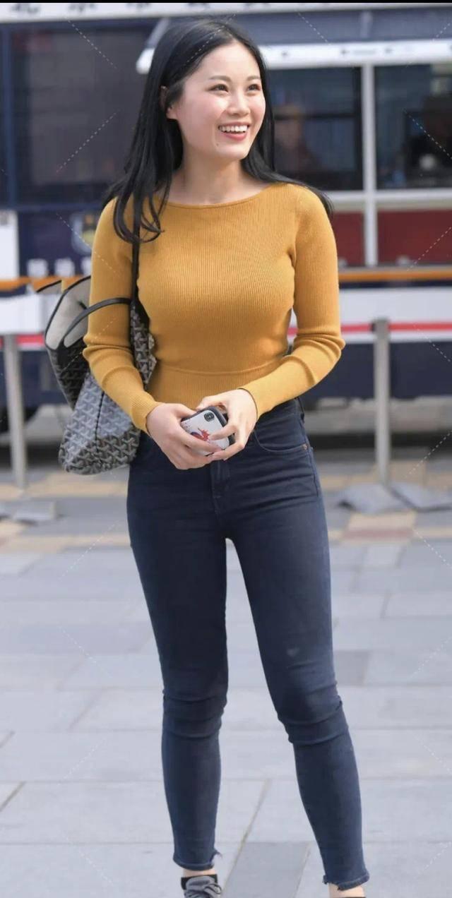 針織長袖搭配深藍色牛仔褲,簡約靚麗有氣質,顯身材又耐看