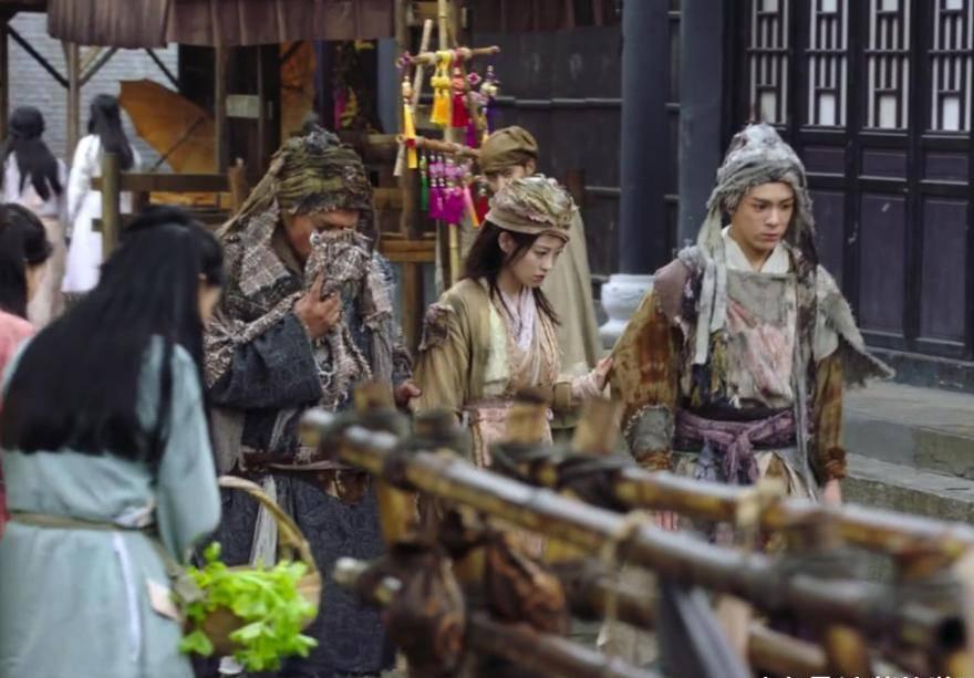 《倚天屠龙记》周芷若乔装打扮成乞丐,与赵敏相比,差距一目了然