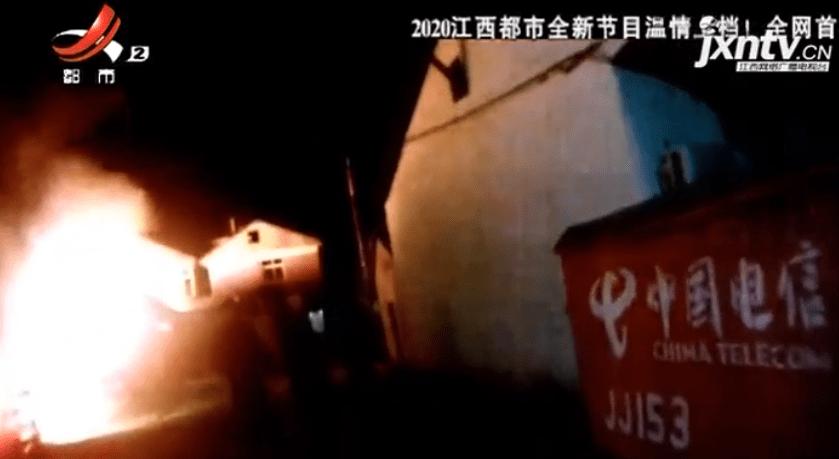 男子因被家人疏离,放火烧了自己的房子,并且持刀袭击救火民警