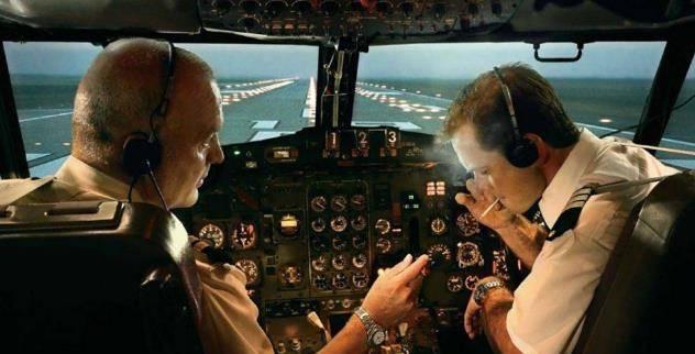 为何飞机上不准吸烟,却还配置烟灰缸?机长:没它就起飞不了