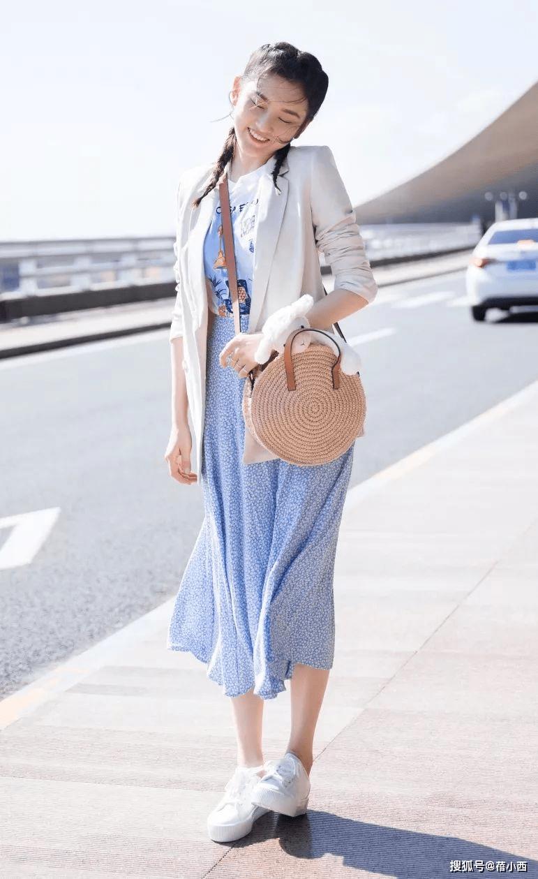 金晨复古风的蓝色+白色怎么穿更时髦?看完你就知道了插图15