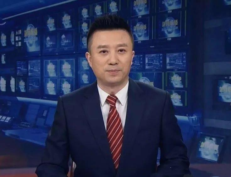 《新闻联播》新人潘涛隔着屏幕可见紧张小动作网友对他很宽容?
