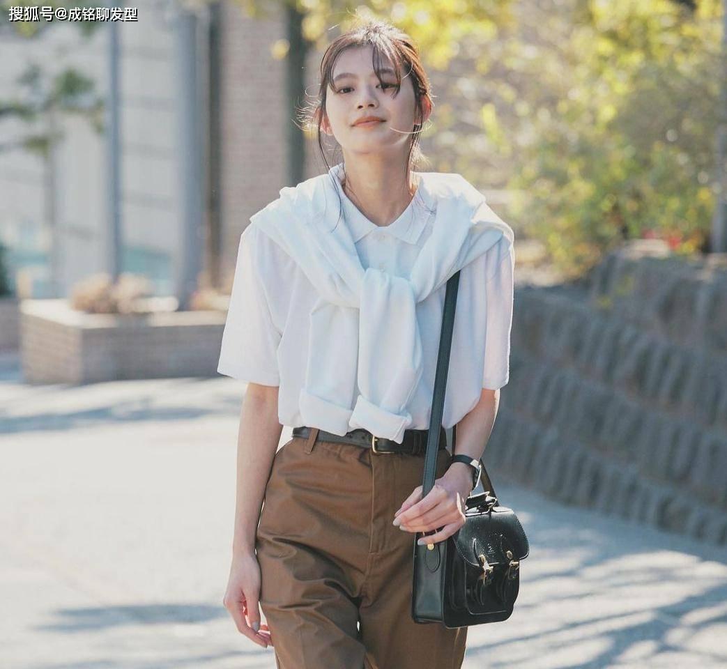 """""""白T恤""""也可以穿出高级感,十套清新时尚的搭配,减龄又显气质"""
