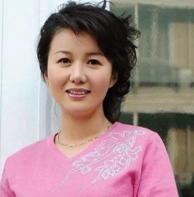 她是著名女艺术家二婚时嫁杜志国跟继子杜淳相处令人羡慕!