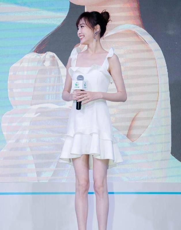 """原创唐嫣身材修长,穿短裙秀""""鸵鸟腿"""",越看越不像三十多岁!"""