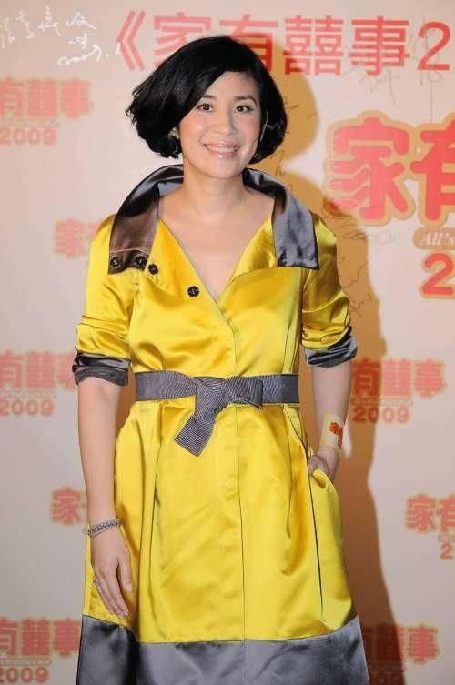 原创             吴君如穿衣搭配不协调,下紧上松老态十足,一看就是中年妇女!