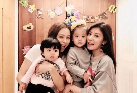 贾静雯为16岁女儿庆生,生父孙志浩和后妈出镜,吻其脸颊显亲密