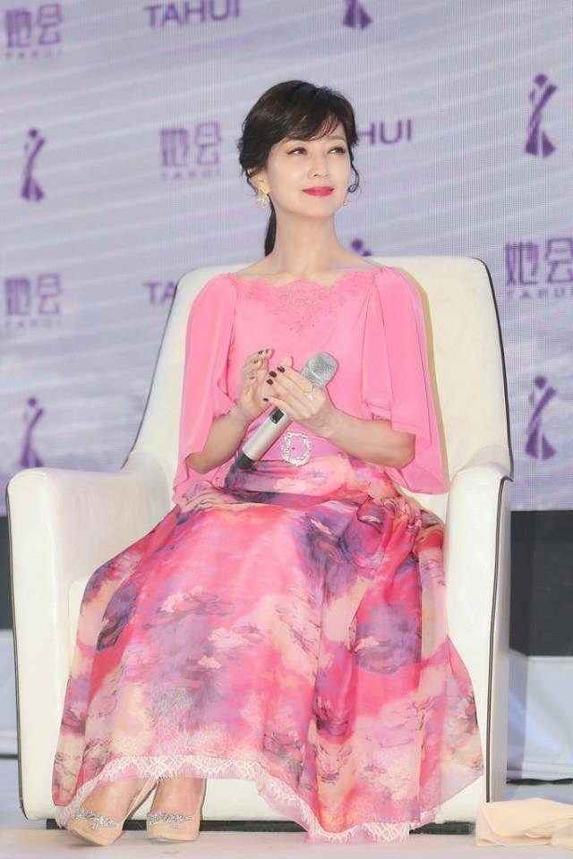 """原创             赵雅芝长相""""冻住了"""",奶奶年纪长相少女,一身粉气质减龄又青春"""