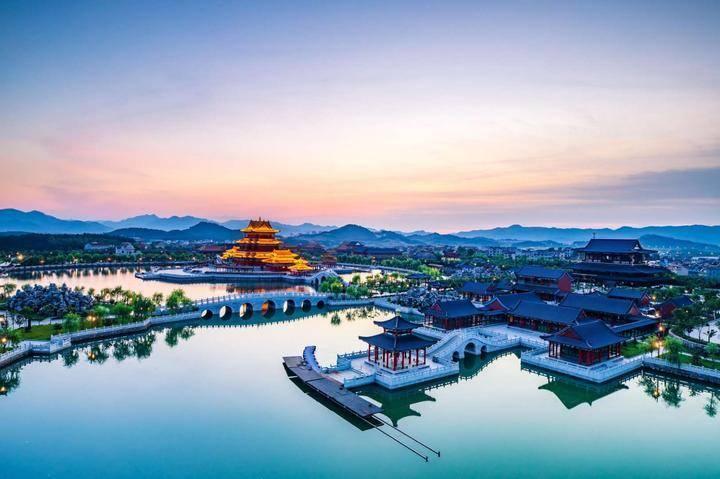 """原创             中国耗资30亿影视基地,已成著名5A级景区,被誉为""""东方好莱坞"""""""