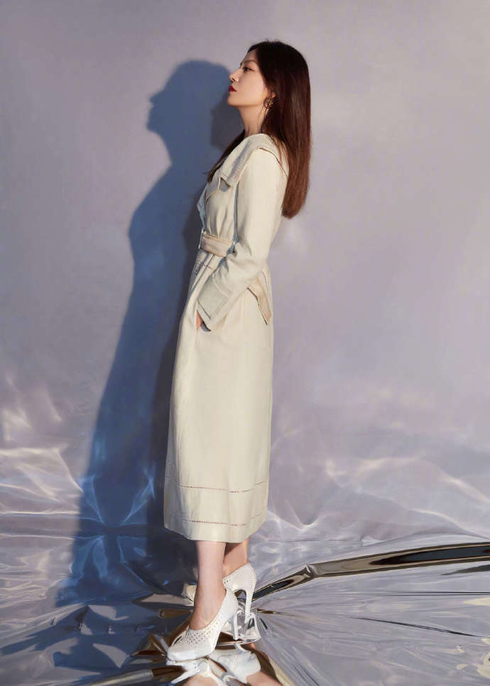 【赵薇穿米色风衣连衣裙】米色风衣配上高跟鞋造型显温柔气质