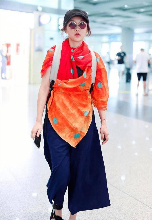 【周迅亮色披肩不显老】年长女性如何气质型穿搭!