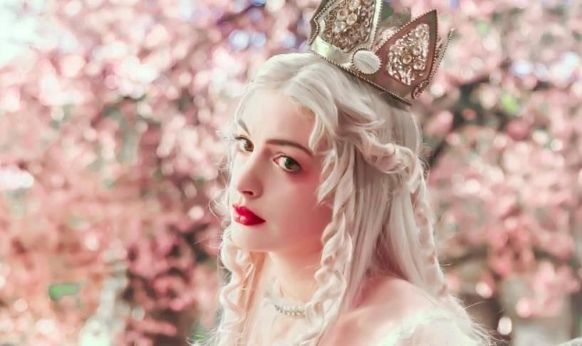 美人妝容「翻車現場」,安妮海瑟薇細紋炸裂,暮光之女一秒幻滅!