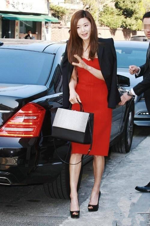 全智贤真会服装,黑色 西服外套搭配红色连衣裙