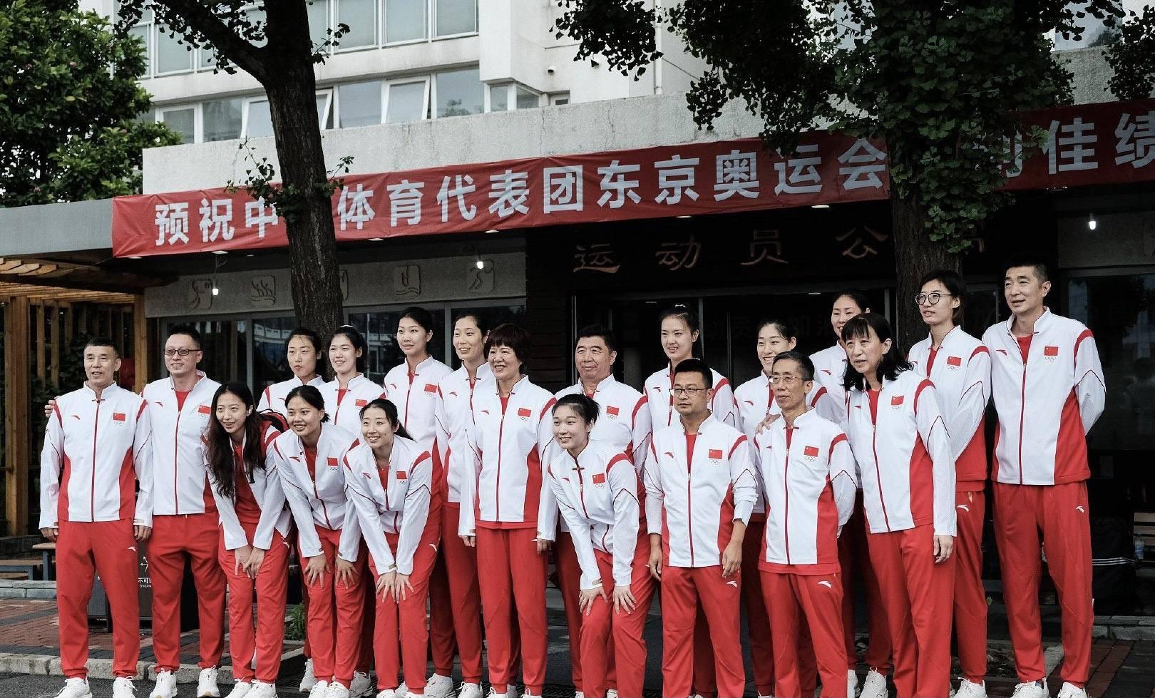 中国女排出征,郎平领衔多人换发型成焦点,目标:升国旗奏国歌