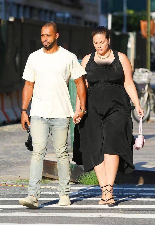 原创             190斤超模怀二胎后首现身,脚踩高跟凉鞋不嫌累,街头牵手非裔丈夫