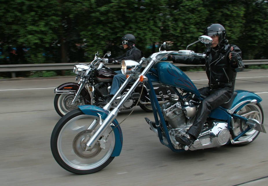 本以为道奇战斧够牛了!结果遇上这辆摩托!车主:下雨天没法骑