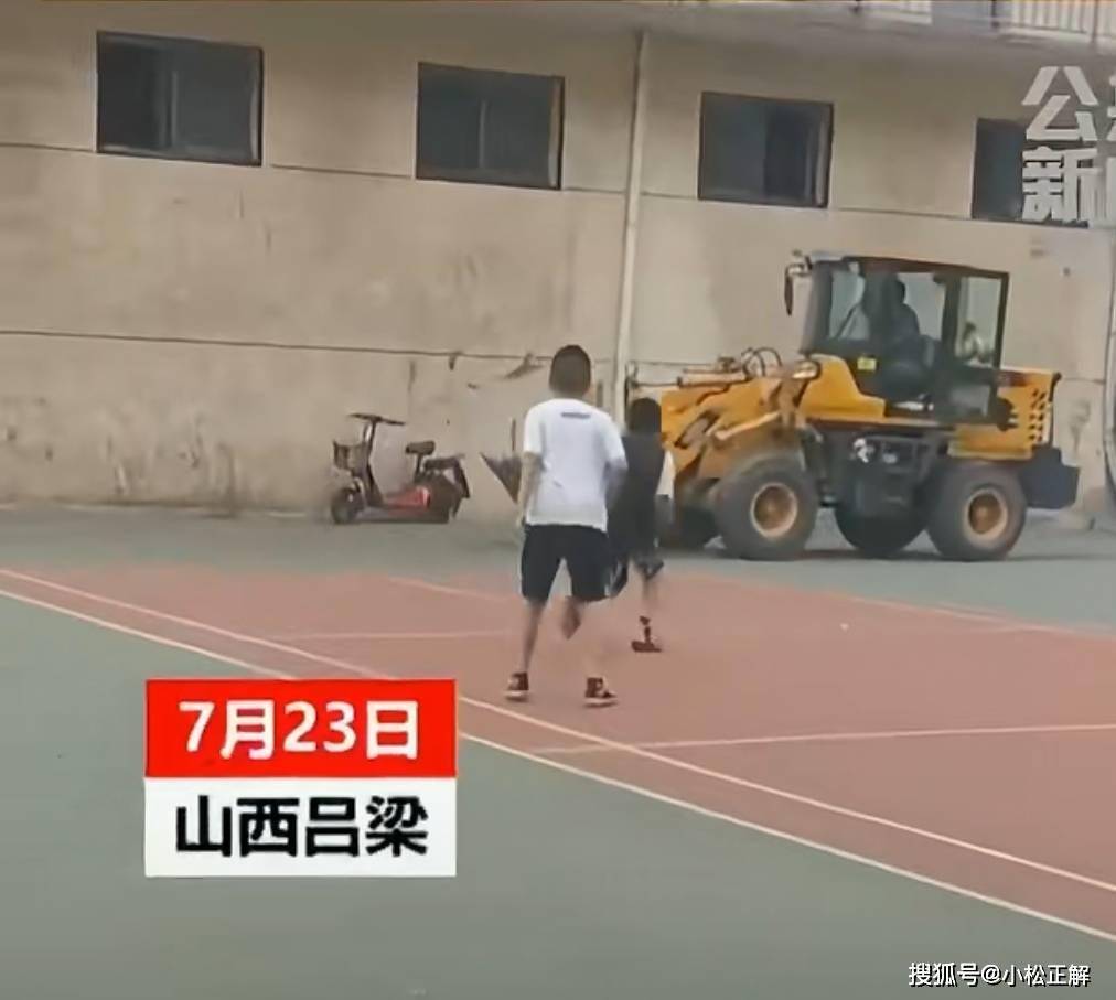 山西吕梁:为争夺篮球场跳舞,广场舞大爷竟动用铲车破坏篮球架