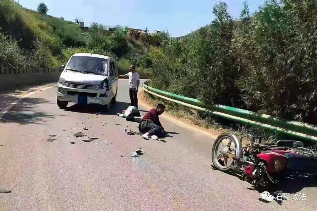 石楼:发生事故 面包车占道撞飞摩托车