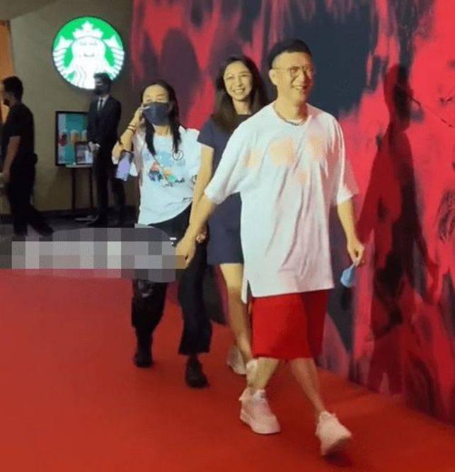 51岁的孙洪磊和他15岁的妻子一起出现 王骏迪又热又瘦 皮肤白得发亮?