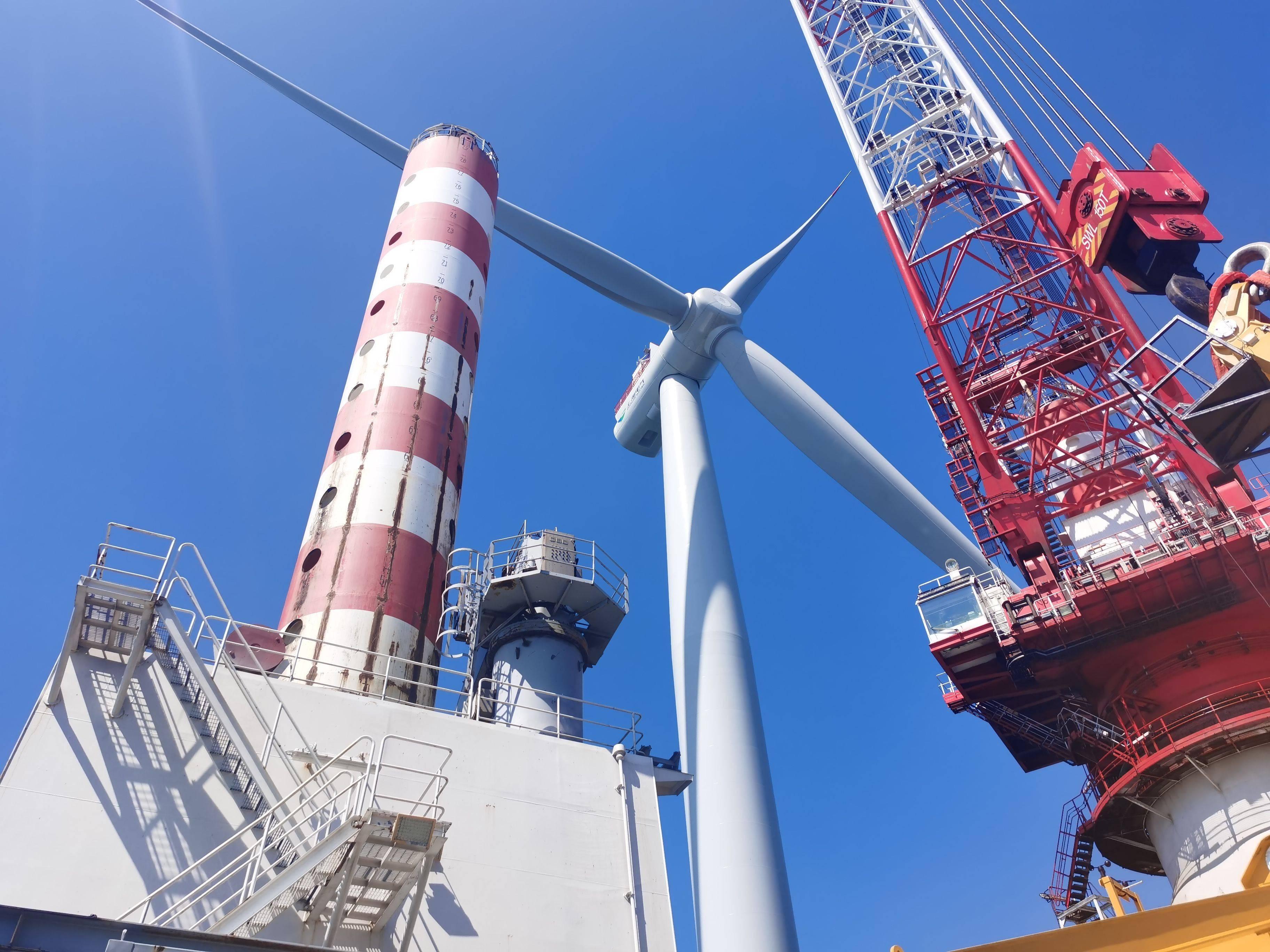 汕头市首个海上风电项目—中国大唐南海海域首个海上风电项目首台风机吊装成功
