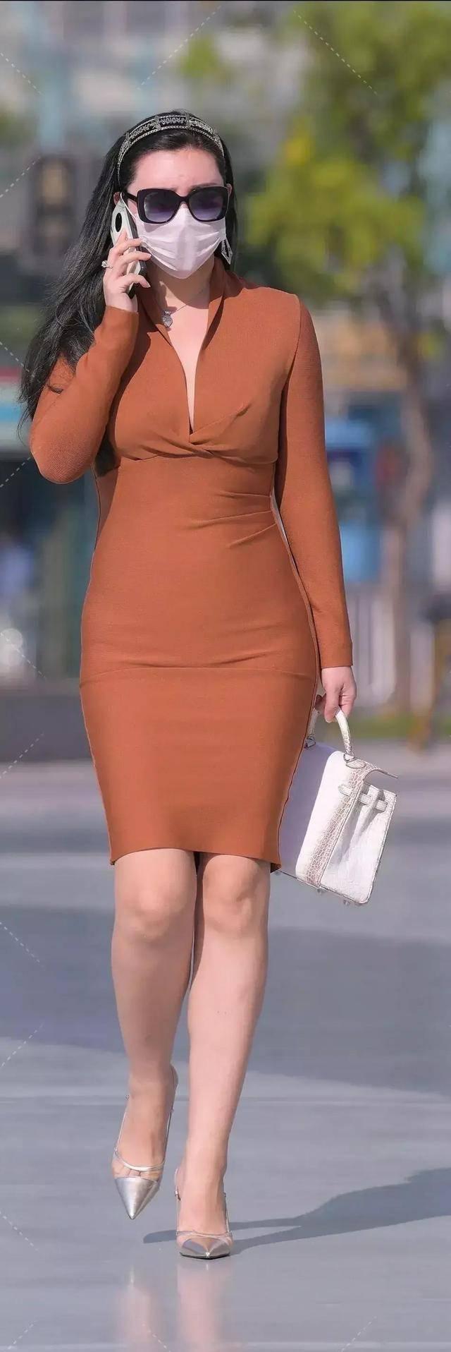 柳腰细腿的连衣裙美女,轻松展现姣好身形,优雅浪漫