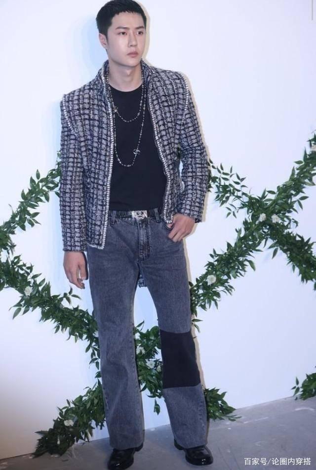 王一博的发型还挺雷的,穿灰色套装出席活动,完全依靠颜值撑起来