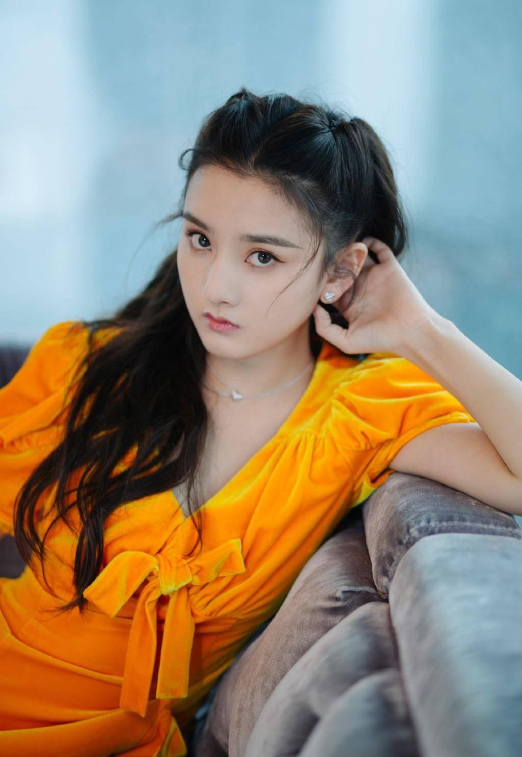 宋祖儿橘黄色连衣裙,穿成活力少女,配水钻鞋公主感十足