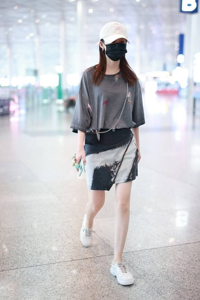 李沁气质真高级,灰T+牛仔裙看似随意穿,却秀出纤瘦腰身和大长腿