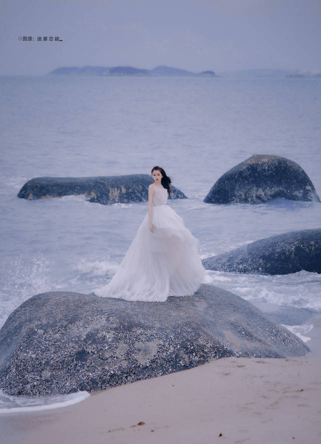 原创             北京环球影城偶遇关晓彤,颜值在线身材优越,穿搭又被吐槽