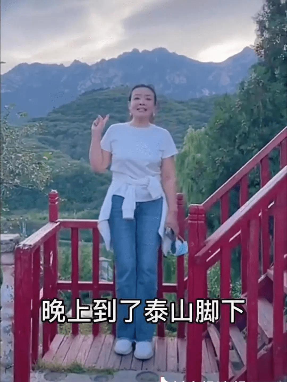 汪小菲带妈妈游泰山,连美颜都难掩素颜沧桑,但比普通人有气质!