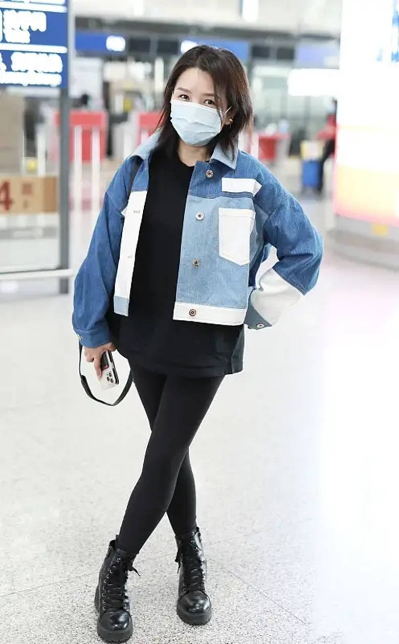 拍到何洁走机场,穿一身黑配牛仔短外套,人瘦好漂亮腿都细长了!