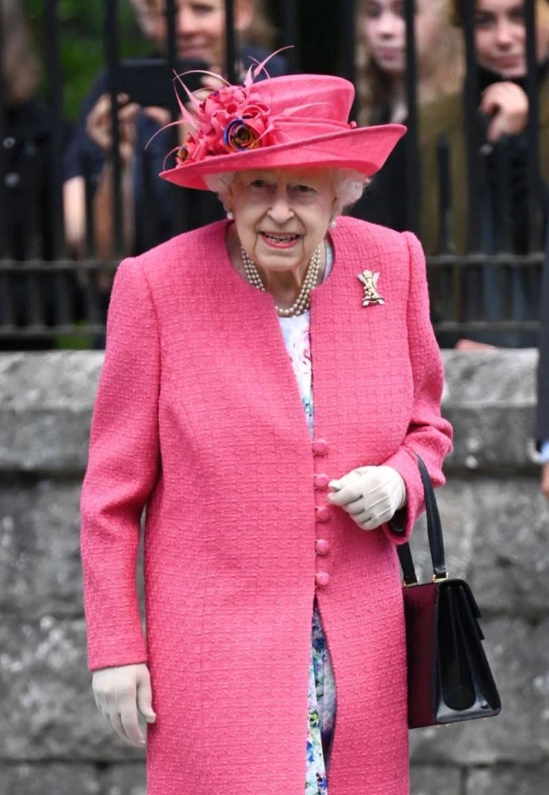 哈里又有新主意,女儿莉莉贝特要回家,女王曾奶奶
