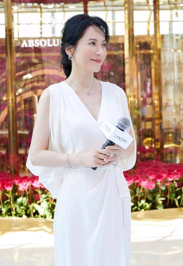 俞飞鸿真是活出了40多岁女人羡慕的样子,气质端庄优雅,身材纤瘦