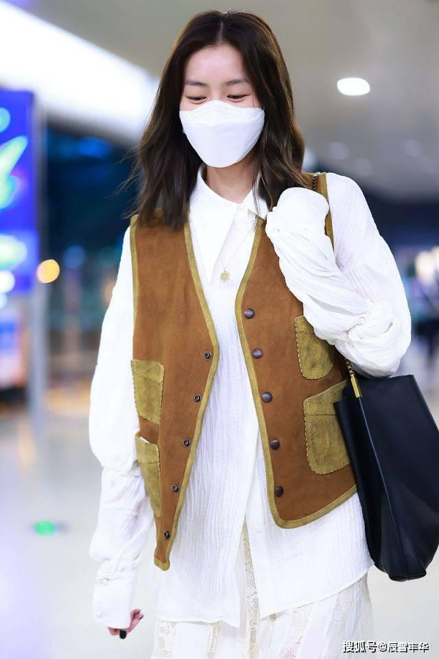 秋季穿搭学刘雯,牛仔马甲叠搭衬衫蕾丝裙,简约时尚也气质优雅