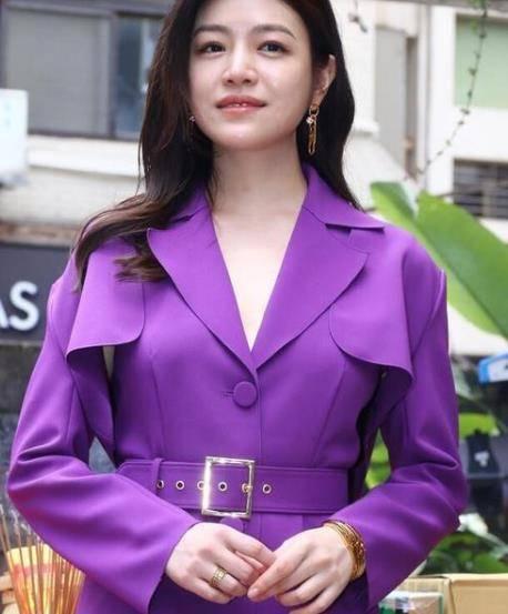 陈妍希打扮超时髦,穿紫色风衣皮肤如嫩如牛奶,越来越贵气了dz3