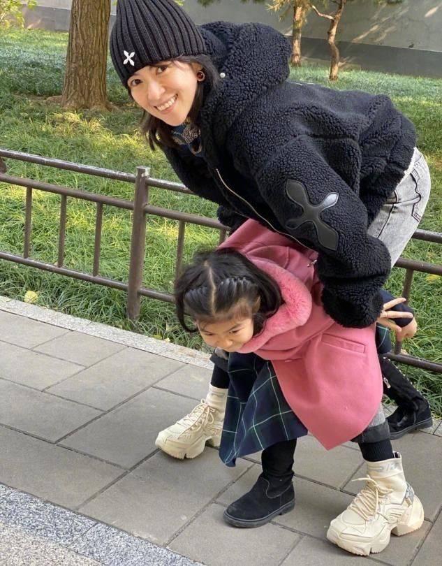 汪峰一家四口出游,章子怡素颜出镜面容憔悴,两娃打扮得倒挺时髦