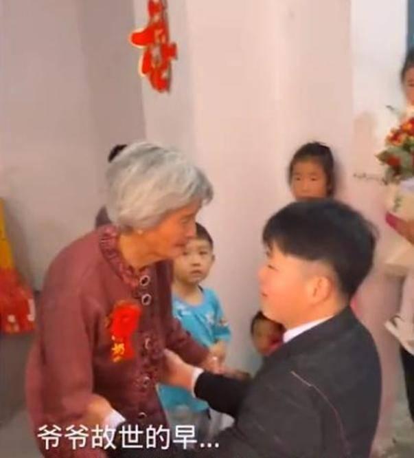 暖心一幕!河南新郎接新娘上婚车时,给新娘奶奶父母行跪拜之礼