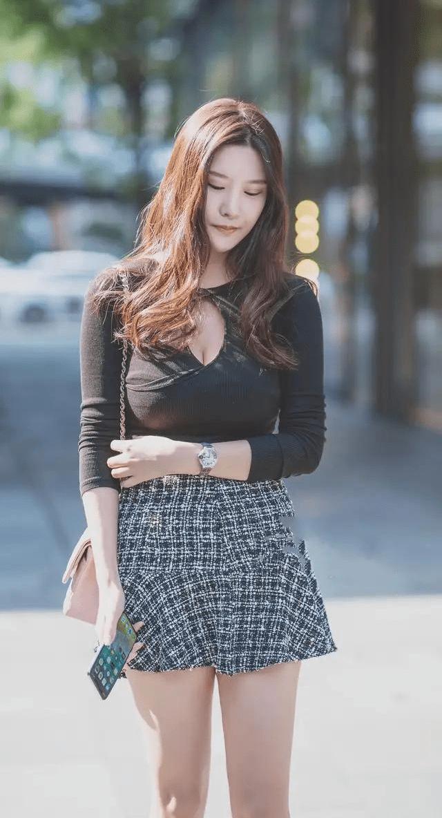 打底修身衫搭配小香风裙子,凸显出身材完美曲线,做个优雅的女生